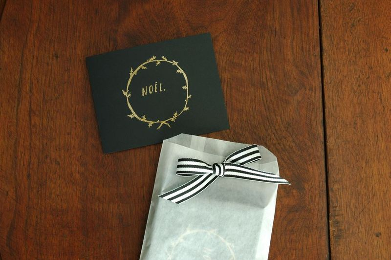 Gold_holly_wreath_and_noel_card